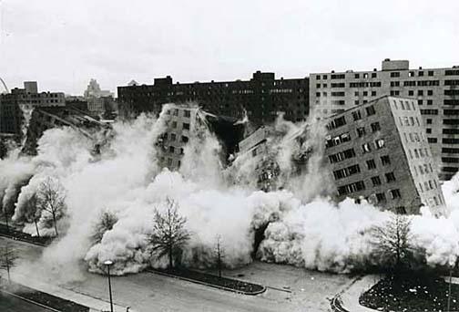 Pruitt Igoe collapses 西洋建築史再考〜2.モダニズムとポストモダニズム