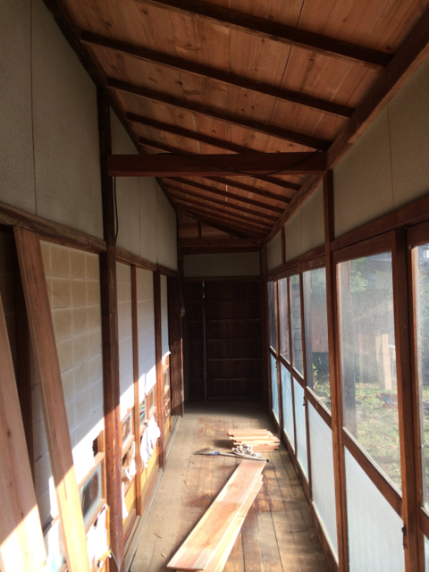 "下屋部分 野地板がそのまま見えている Lean-to roof area of the inside.  Roofer ""is"" the ceiling finish of the interior."