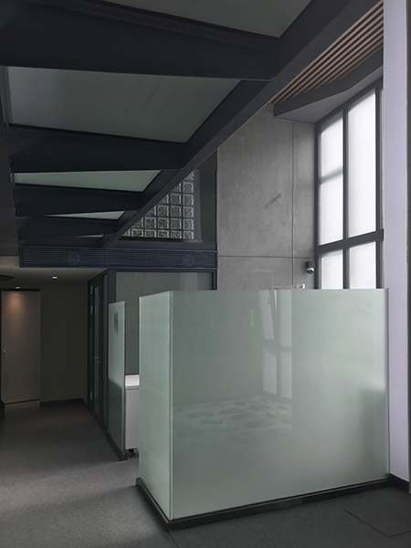 Glass partition of No.1 Examination Room